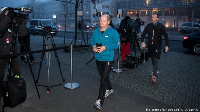 Hamburg Mayor Olaf Scholz walking into coalition talks in Berlin (picture-alliance/dpa/B.v. Jutrczenka)