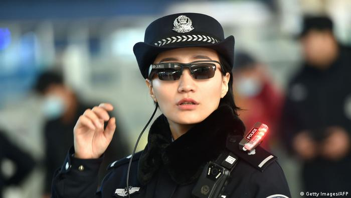 China Polizei Brille mit Gesichtserkennungstechnologie (Getty Images/AFP)