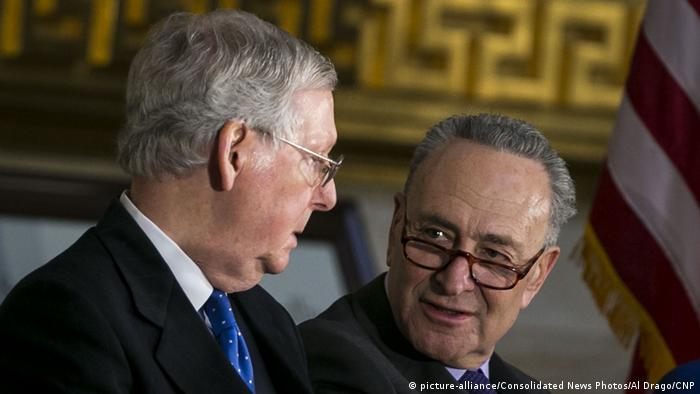 USA Mitch McConnell, Repubilkaner & Chuck Schumer, Demokrat (picture-alliance/Consolidated News Photos/Al Drago/CNP)