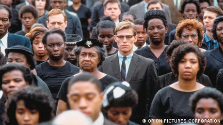 Mississippi Burning - Szene mit einer Menschenmenge, vor allem Schwarzer, in der Mitte ein weißer junger Anwalt im Anzug (ORION PICTURES CORPORATION)