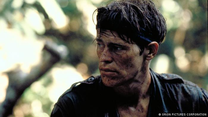 Willem Dafoe mit erdigem Gesicht und Band um den Kopf in Platoon. (ORION PICTURES CORPORATION)