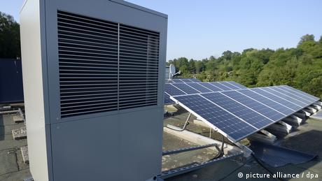 Тепловий насос, що використовує зовнішнє повітря і сонячну енергію, на даху будинку в Геппінгені