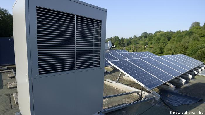 مضخة التدفئة تمتص الدفئ من الهواء. والكهرباء تأتي من الألواح الشمسية