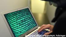 ARCHIV - ILLUSTRATION - 21.03.2017, Österreich, Wien: Ein Mann hält seinen Laptop in einer Hand und schreibt etwas mit der anderen Hand. (zu dpa «Umfrage: 41 Prozent der Internetnutzer Opfer von Cyberkriminalität» vom 05.02.2018) Foto: Helmut Fohringer/APA/dpa +++(c) dpa - Bildfunk+++ |