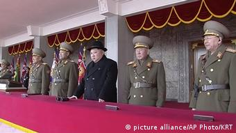 Nordkorea Kim Jong Un bei der Militärparade in Pjöngjang (picture alliance/AP Photo/KRT)