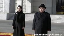 Nordkorea Kim Jong Un und Ri Sol Ju bei der Militärparade in Pjöngjang (picture-alliance/AP Photo/KRT)