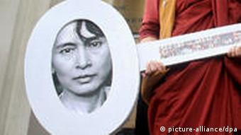 Mönche aus Birma mit einem großen Schlüssel mit der Nummer 13 als Symbol für 13 Jahre Hausarrest (Foto: dpa)