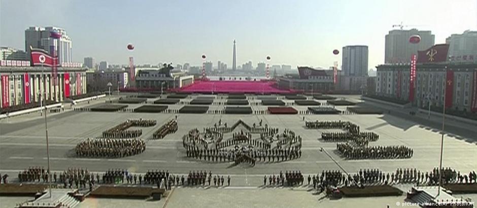 Desfile militar norte-coreano na praça Kim Il-sung um dia antes do início dos Jogos Olímpicos de Inverno