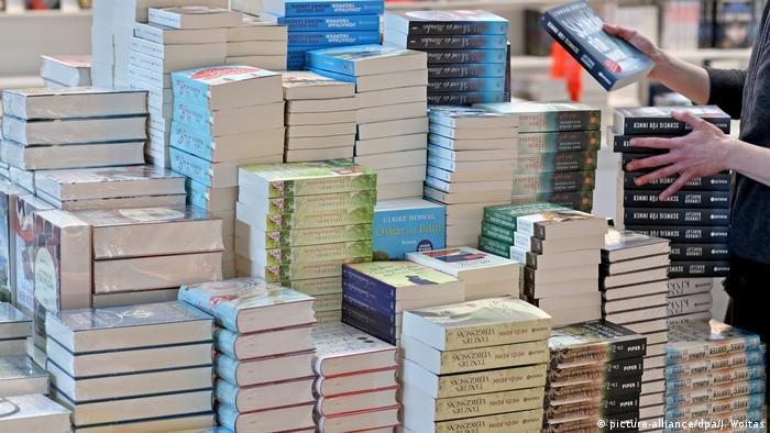 Stacks of books on a table (picture-alliance/dpa/J. Woitas)