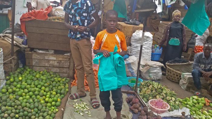Child labor in Kampala, Uganda (DW/Alex Gitta)