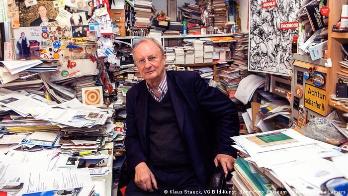 Staeck in seinem Büro - Ausstellungsansichten Klaus Staeck (Klaus Staeck, VG Bild-Kunst, Bonn Foto: Museum Folkwang, Tanja Lamers)