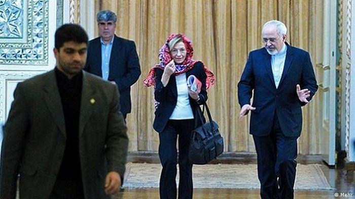 وقتی اما بنینو وزیر خارجه وقت ایتالیا در ژانویه ۲۰۱۴ به ایران سفر کرد، دست مسئول تشریفات فرودگاه را پس زد که با چند روسری وارد هواپیمای او شد. او گفته بود اگر مقامات ایرانی با رد پروتکلهای تشریفاتی غربیها، در ضیافتهایی حاضر نمیشوند که شراب سرو میکنند، او هم حاضر نیست به چنین کاری تن دهد.