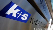 K+S steht am Samstag (20.09.2008) vor der Zentrale des Düngemittelherstellers K+S AG in Kassel auf dem Firmenschild. Seit Montag (22.09.) ist das Kasseler Unternehmen im deutschen Leitindex DAX notiert. K+S ist der erste Rohstoffwert im deutschen Leitindex. Das Unternehmen hatte den Touristik- und Schifffahrtskonzern TUI aus dem DAX verdrängt. Foto: Uwe Zucchi dpa/lhe +++(c) dpa - Bildfunk+++