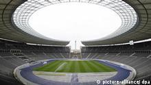 Der Rasen des Olympiastadions wird am Mittwoch (02.04.2008) in Berlin gewässert. 500 Tage vor Beginn der 12. Leichtathletik-Weltmeisterschaften im Berliner Olympiastadion ist von denOrganisatoren der Ticketverkauf gestartet worden. Die Leichtathletik-WM findet vom 15. bis 23. August 2009 statt. Foto: Rainer Jensen dpa/lbn +++(c) dpa - Bildfunk+++