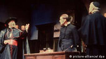 Szene aus dem Stück Der Stellverteter von Rolf Hochhuth während der Uraufführung am 18.Februar 1963 im Theater am Kurfürstendamm in Berlin.