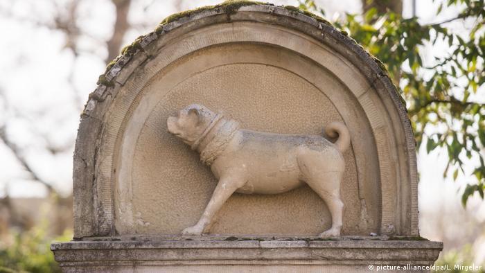 Памятник мопсу в немецком Виннендене