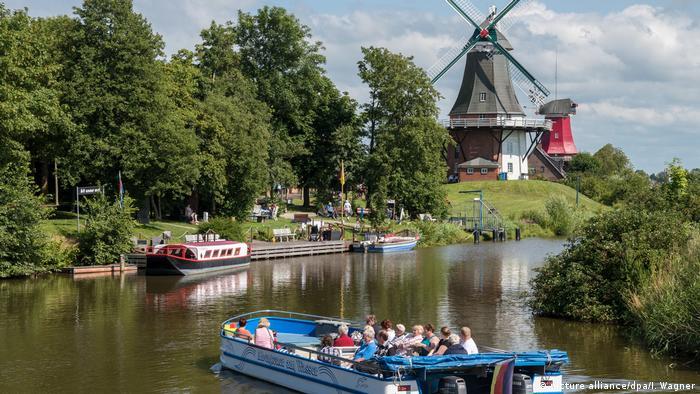 خطر بالا آمدن آب دریاها، اروپا را هم تهدید میکند. تخمین زده میشود با بالا آمدن آب دریاها به اندازه یک متر، ۱۳ میلیون انسان در اروپا بهویژه در هلند در معرض خطر قرار بگیرند. هلندیها سالهاست که برای مقابله با خطر سیل آبگرفتگی در مناطق ساحلی تلاش میکنند.