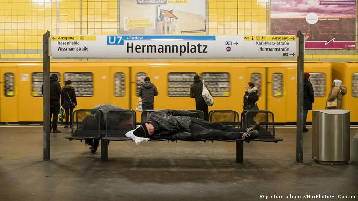 German homeless people sleep on benches in the subway (picture-alliance/NurPhoto/E. Contini)