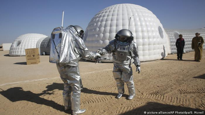 The two scientists are testing a geo-radar built to map Mars by dragging it across the sand in Oman (picture-alliance/AP Photo/dpa/S. Mcneil)