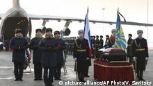 Russland Beerdigungszeremonie von Pilot Roman Filipov