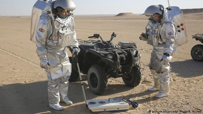 Two scientists test space suits and a geo-radar in Oman for use in a future Mars mission (picture-alliance/AP Photo/S. Mcneil)