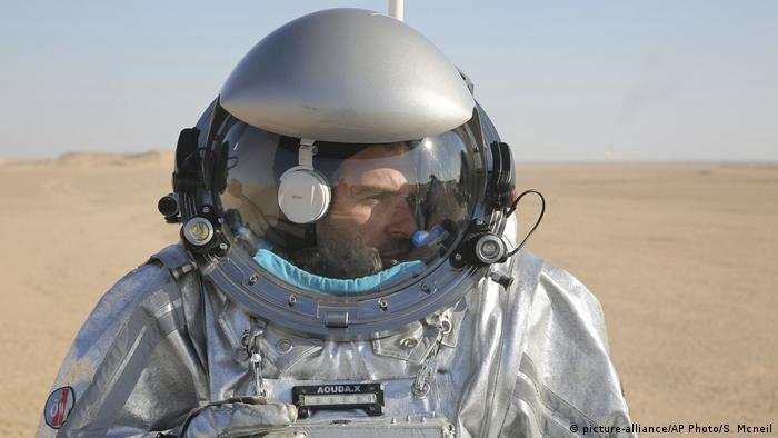 Mars simulation participant in Oman wearing an experimental space suit (picture-alliance/AP Photo/S. Mcneil)