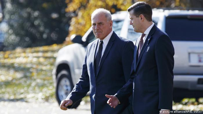 Kelly (center) walks across the White House lawn with then-staff secretary Porter (picture alliance/AP/E. Vucci)