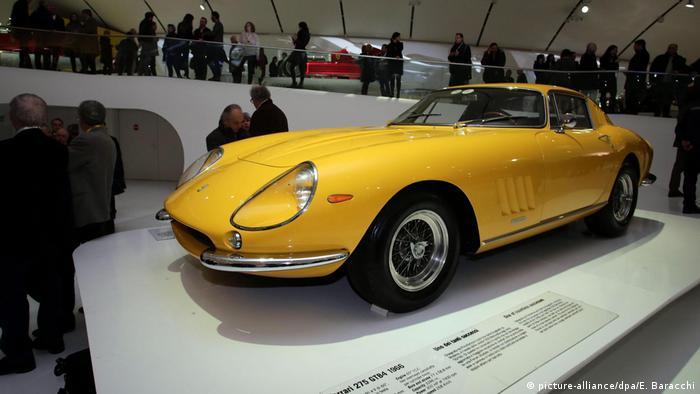 Двухместная спортивная модель Ferrari 275 GTB - первый дорожный (то есть не гоночный) автомобиль итальянской компании.