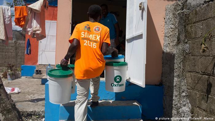 Haiti Hilfe durch Oxfam (Foto: picture-alliance/dpa/Oxfam/F. Afonso)
