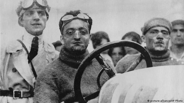 На снимке 1921 года Энцо Феррари - в болиде Alfa Romeo.