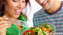 Ein Paar mit einer Schüssel Salat