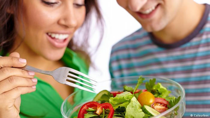الاعتماد على تناول الطعام النباتي غير المطهي فقط هو أمر لا يناسب الجميع .. فما هي ملامح هذا النظام الغذائي؟