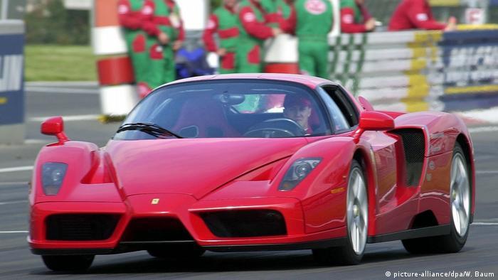 Двухместный суперкар Ferrari Enzo был построен в 2002 году и назван в честь основателя компании Энцо Феррари.