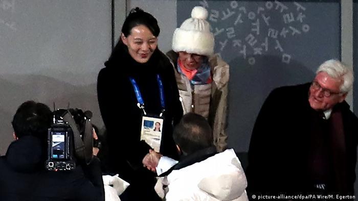 Südkorea Pyeongchang 2018 - Frank-Walter Steinmeier schaut zu Kim Yo Jong, schwester des nordkoreanischen Machthabers (picture-alliance/dpa/PA Wire/M. Egerton)