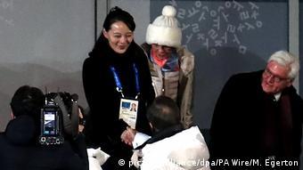 Presidente sul-coreano Moon Jae-in cumprimenta Kim Yo-jong observado pelo homólogo alemão Frank-Walter Steimeier