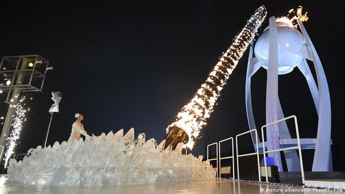 2018 Winter Olympic Games - Eröffnungsfeier - Olympisches Feuer (picture alliance/AP Photo/F. Fife)