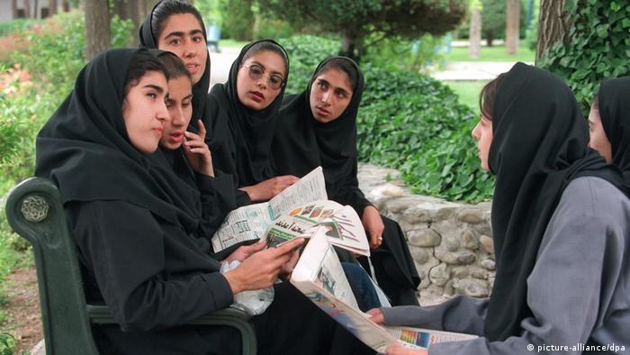 Iran - Junge Frauen diskutieren Chatamis Wahlsieg (picture-alliance/dpa)