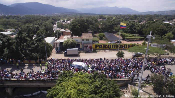 Multidão na fronteira em Cúcuta, na Colômbia