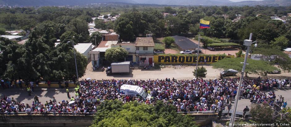 Venezuelanos aguardaram horas na divisa do país