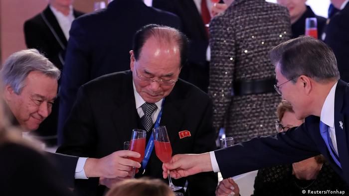 Südkorea Präsident Moon Jae-in stößt mit U.N. General-Sekretär Antonio Guterres und Nordkoreas Kim Yong Nam an (Reuters/Yonhap )