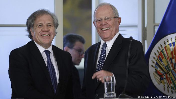 Generalsekreetär Luis Almagro mit Perus Präsident Pedro Pablo Kuczynski (picture alliance/AP/M. Mejia)