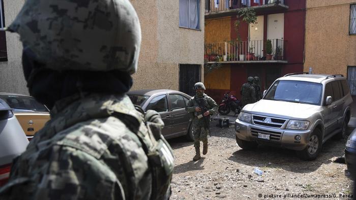 Mexiko Polizei Razzia in Mexiko-Stadt (picture-alliance/Zumapress/G. Perea)