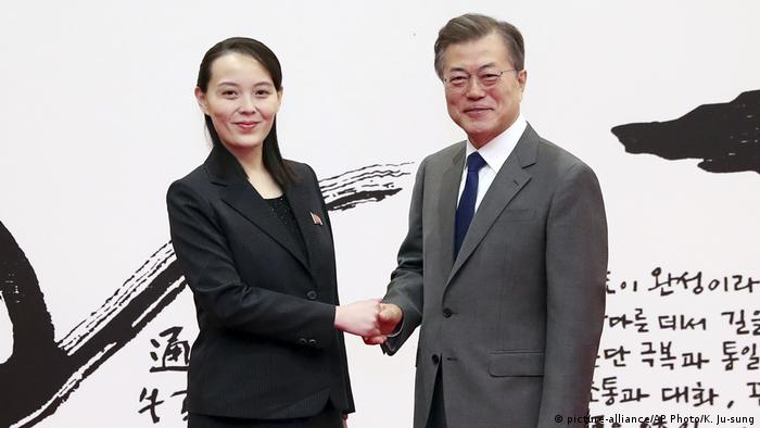 South Korean President Moon Jae-in shakes hands with North Korea's Kim Yo Jong (picture-alliance/AP Photo/K. Ju-sung)