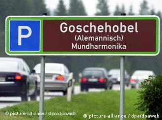 Rastplatzschild mit der Aufschrift Goschenhobel - alemannisch für Mundharmonika (Foto: dpa)