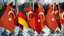 ARCHIV - Deutsche und türkische Flaggen, aufgenommen am 11.01.2013 an einem Messestand auf der Messe Stuttgart (Baden-Württemberg). (zu dpa «Gesunkene Nachfrage: Weniger Flieger starten vom Hahn in die Türkei» vom 23.04.2017) Foto: Marijan Murat/dpa +++(c) dpa - Bildfunk+++ | Verwendung weltweit