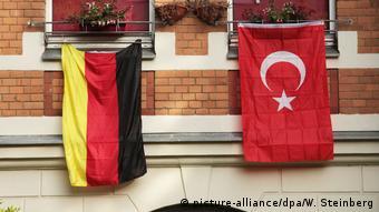 Deutsche und türkische Flaggen