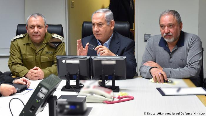 Premiê de Israel, Benjamin Netanyahu (c.), discute os incidentes militares em Tel Aviv