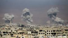 Syrien Luftangriffe gegen Ost-Ghouta (picture alliance/abaca/A. Al-Bushy )