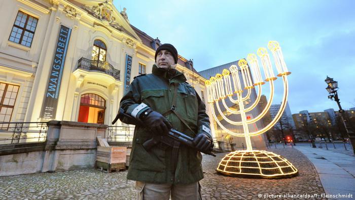 Поліцейський охороняє Єврейський музей у Берліні