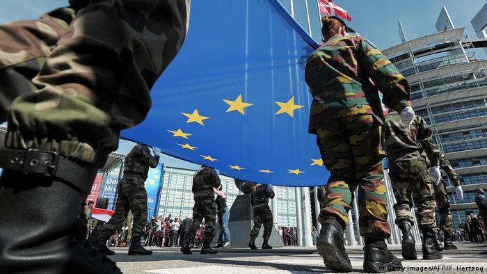 Frankreich Eurokorps-Soldaten hissen die EU-Fahne vor dem Parlament in Straßburg 2014 (Getty Images/AFP/P. Hertzog)